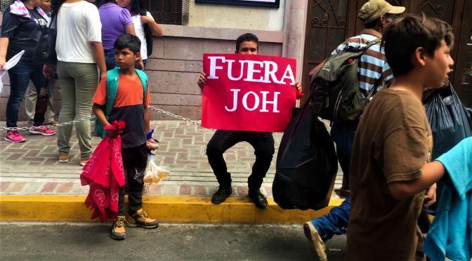 ¿Huir o no huir? En Honduras, un niño valiente contra los gases lacrimógenos para vender bolsas de vinagre