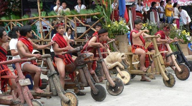 Una tribu en las Filipinas talla estos increíbles scooters en madera