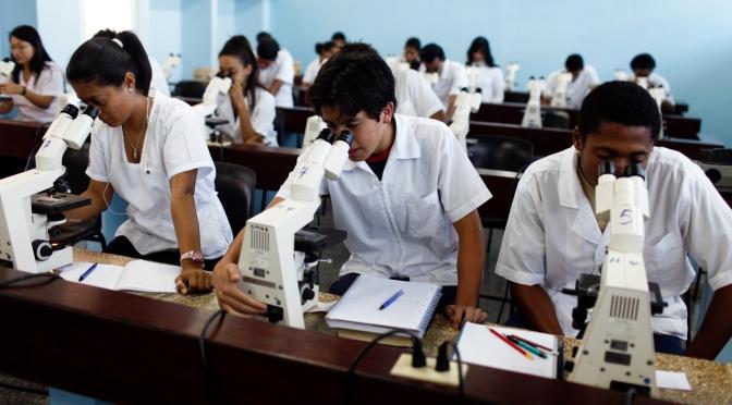 Conoce a los estadounidenses que estudian medicina en el (pobre) gobierno cubano de los diez centavos