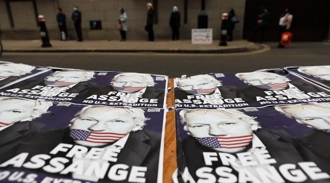 Como su juicio de extradicion se prolonga, los medios de comunicacion y los grupos de derechos siguen ignorando Julian Assange