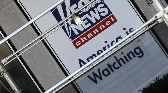 Lee Camp: Cómo la noticias de una cura para el cáncer se perdió en nuestro teatro político nocturno