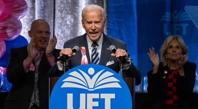 El sindicato de profesores reprocha a Trump la reapertura de los colegios y ahora alaba a Biden por hacer lo mismo