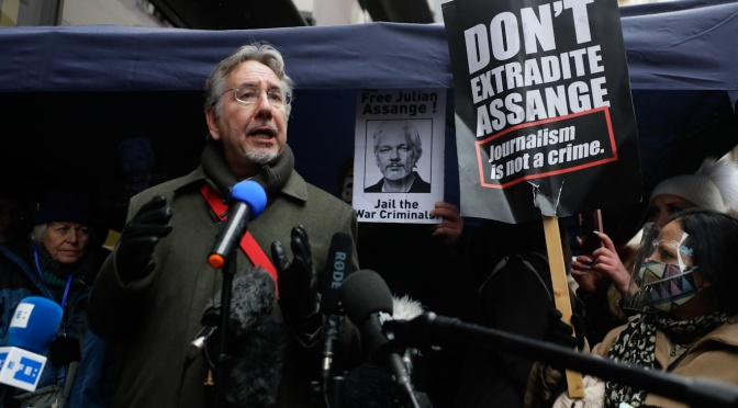 """""""No hay victoria para la libertad de prensa"""" – Assange gana el caso pero el juez establece un precedente preocupante"""