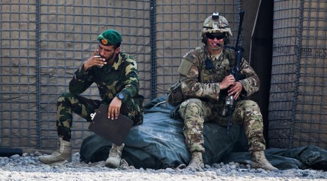 """""""Vivía como Scarface"""": Los costos ridículos de la guerra en Afganistán revelados en nuevos documentos y testimonios"""